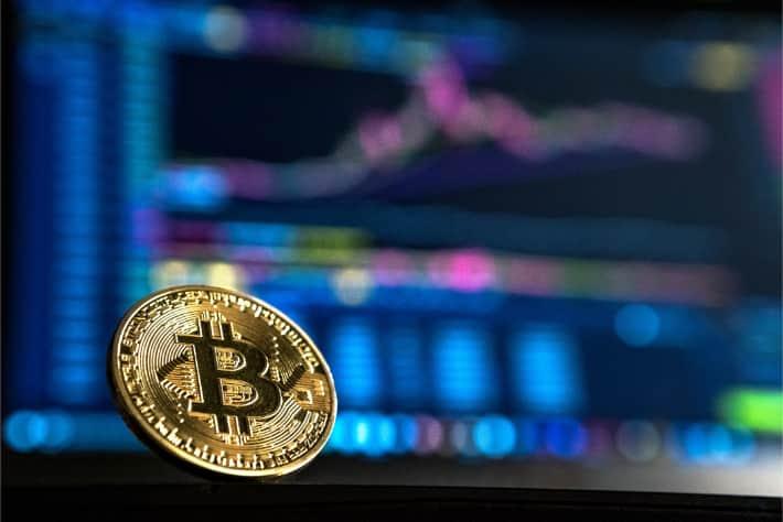 Bitcoin delante de la pantalla de un equipo portátil que representa el rescate exigido en el ataque de ransomware WannaCry